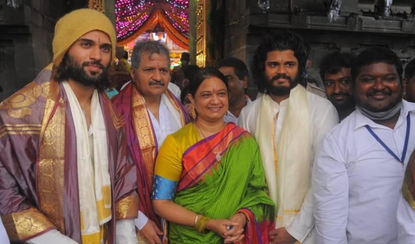 Vijay Deverakonda Family : శ్రీవారి సన్నిధిలో దేవరకొండ ఫ్యామిలీ